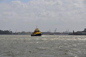 Lotsenboot mit Kränen im Hintergrund