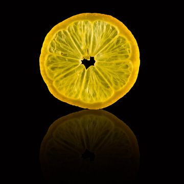 Schijfje citroen met een reflectie