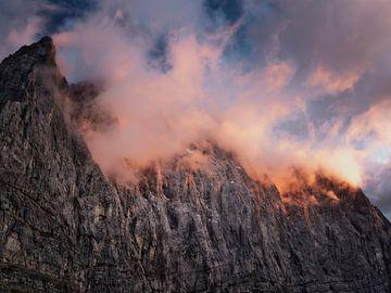 Brandende toppen in de Karwendel van Max Schiefele