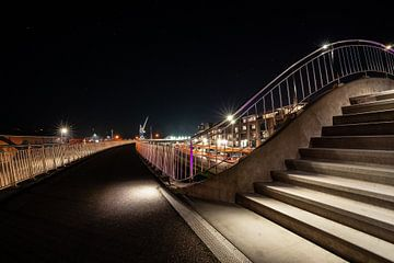 Sentier lumineux avec escaliers et balustrades et vue sur le port de Harlingen sur Fotografiecor .nl