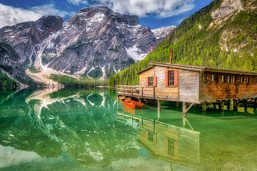 Bergsee mit Bootshaus in den Dolomiten von Voss Fine Art Photography