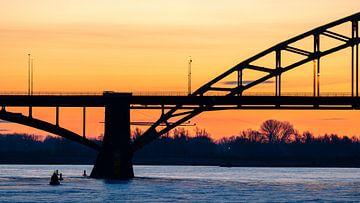 Waalbrug silhouet bij Nijmegen van Jeroen Lagerwerf
