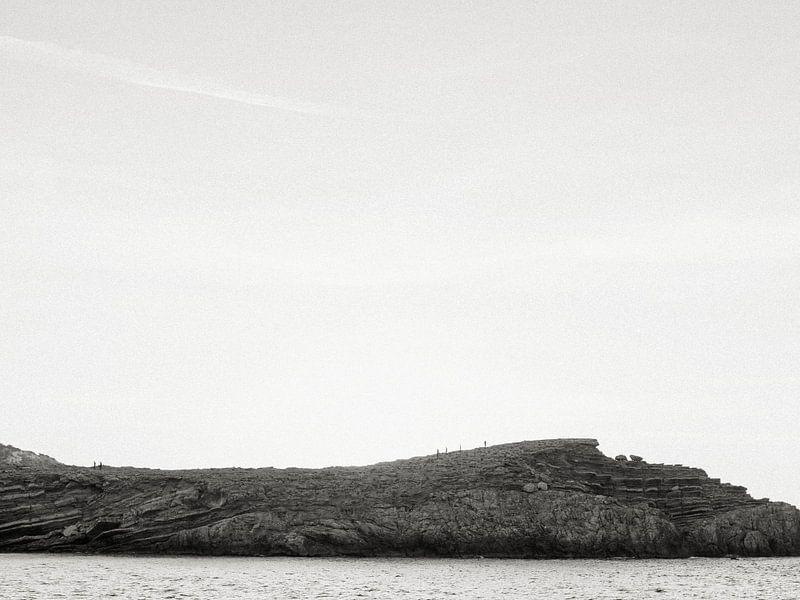 Spaziergang über die Felsen während des Sonnenuntergangs auf Ibiza von Youri Claessens