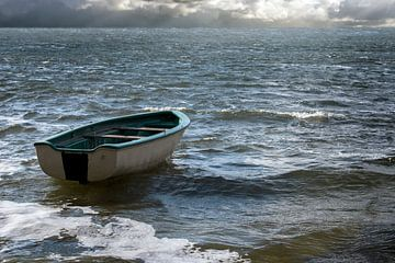Leeres Ruderboot treibt einsam auf den Meereswellen zu den Wolken am weiten Horizont, Meereslandscha von Maren Winter