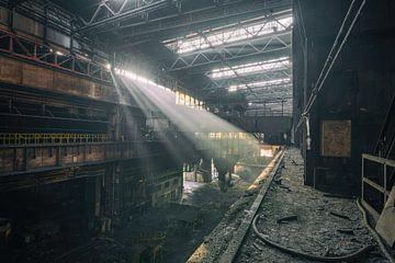 De verlaten staalfabriek met prachtig licht