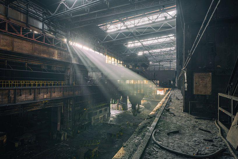 Das verlassene Stahlwerk mit schönem Licht von Steven Dijkshoorn