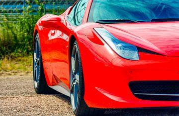 Détail sur une Ferrari 458 Italia rouge dans le paddock