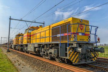 Goederentreinlocomotief vooraanzicht op een spoorbaan van Sjoerd van der Wal