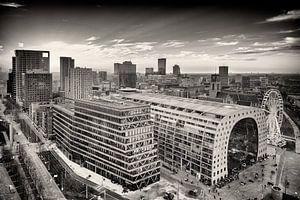 Skyline Rotterdam met de Markthal en Blaak (zwart-wit)