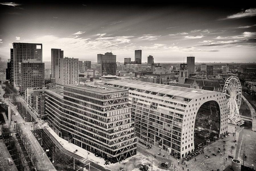Skyline Rotterdam met de Markthal en Blaak (zwart-wit) van Mark De Rooij
