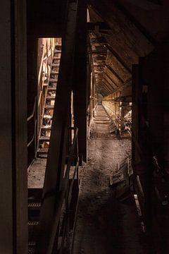 smalle gang in verlaten fabriek van FOTOGRAAF van Hoof