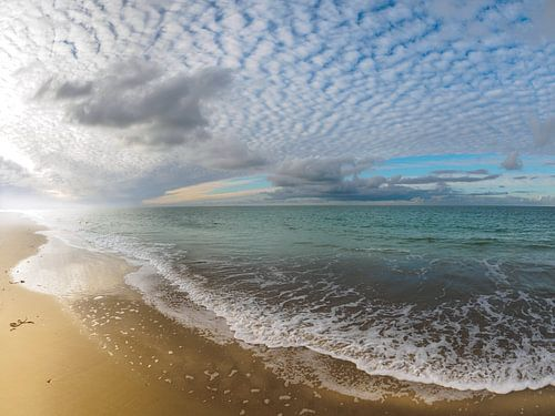 Lichtspel van wolken en zeenevels