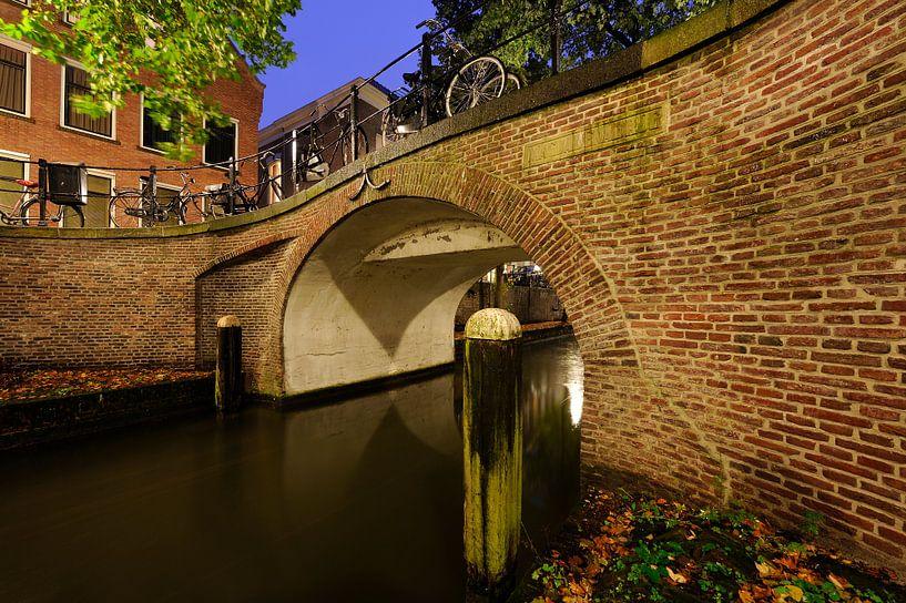Magdalenabrug over de Nieuwegracht in Utrecht (3) van Donker Utrecht