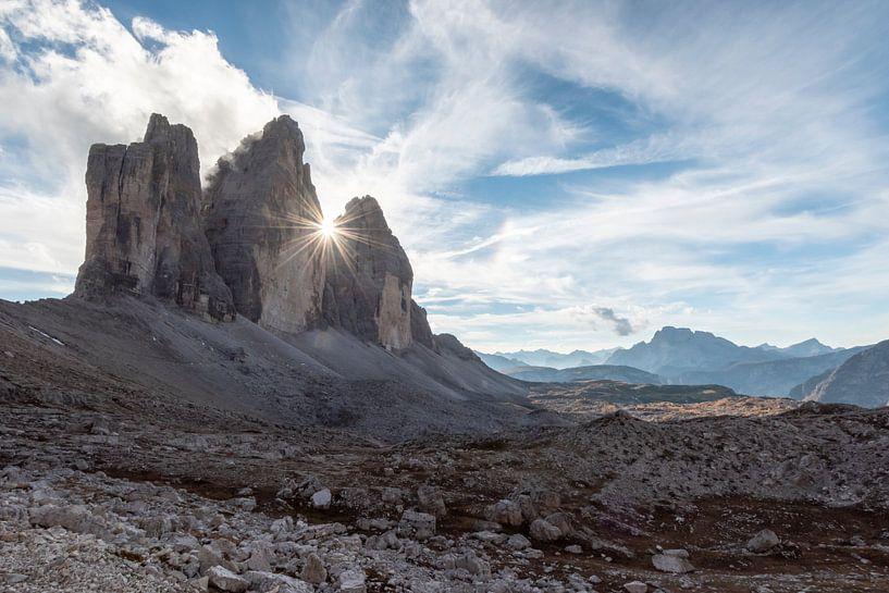 Die Sonne hinten der Drei Zinnen in der Dolomiten von Rob IJsselstein