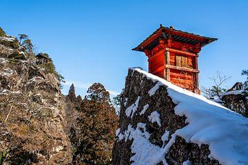 Roter Geschützturm im Schnee bei Yamadera von Mickéle Godderis