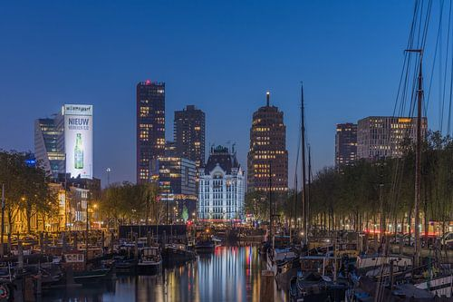 Het Haringvliet in Rotterdam tijdens het blauwe uurtje van