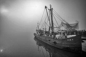 Boat in the fog Netherlands sur Peter Bolman