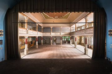 Verlassenes Theater auf der Bühne. von Roman Robroek