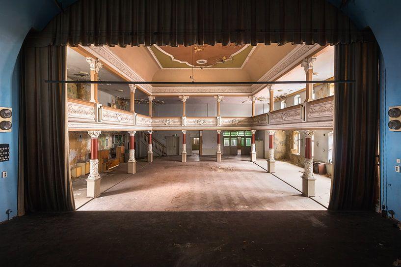 Théâtre abandonné sur scène. sur Roman Robroek