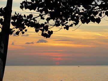 Bali zonsondergang Lovina Beach van Bianca Louwerens