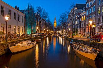 Stadsgezicht van Amsterdam met de Zuiderkerk bij zonsondergang van Nisangha Masselink