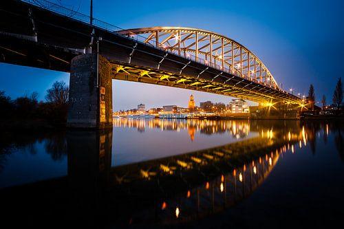 De verlichte John Frostbrug in Arnhem te Gelderland aan de Rijn