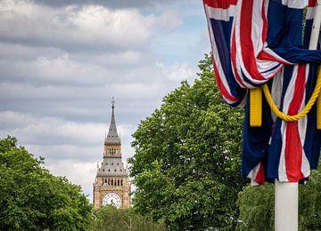 Gezicht op de Tower of Parliament (Big Ben) in Londen, op de achtergrond met een Britse vlag ernaast