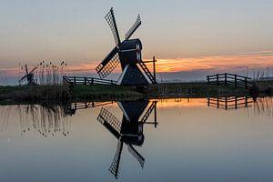 Een molen tijdens de zonsondergang in Friesland van
