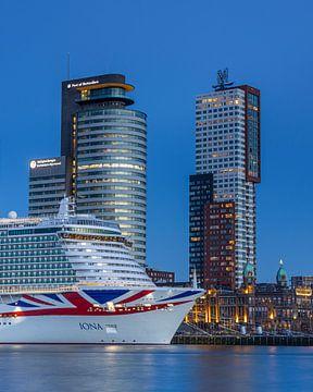 Skyline Rotterdam kop van zuid avond van Sander Groenendijk