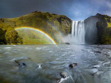 Waterval met een regenboog in IJsland van Ellen van den Doel