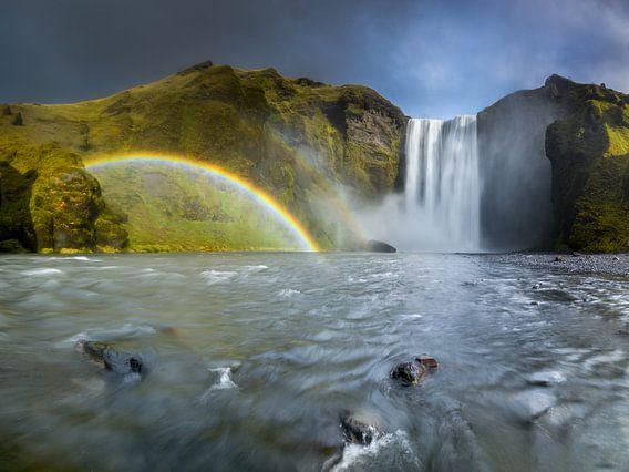 Waterval met een regenboog in IJsland