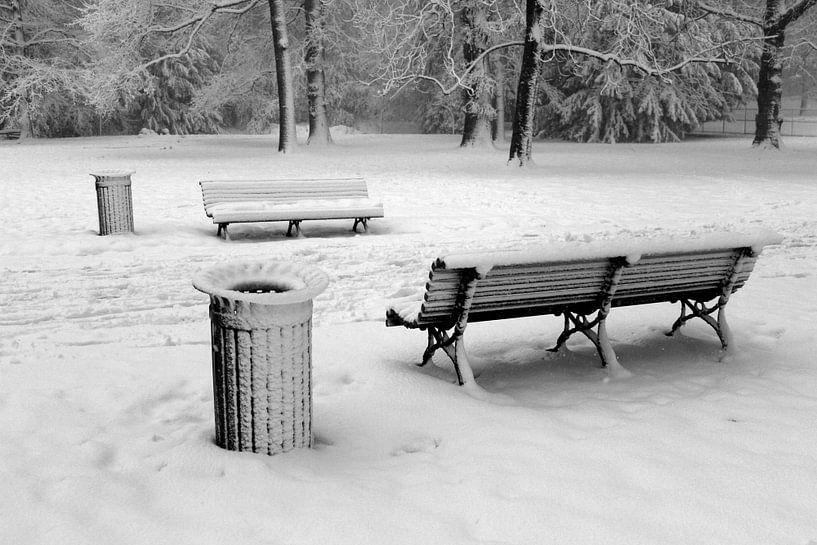Twee houten banken in de sneeuw, zwartwit foto van Maarten Pietersma