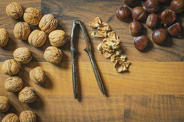 Nüsse auf Holzuntergrund von Jens Hertel