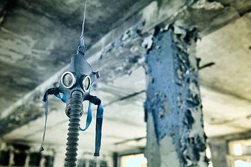 Gasmasker in oude school Pripyat van Lars Beekman
