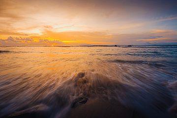 Plage du coucher de soleil à Mentawai