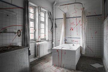 """""""Bloederige"""" badkamer in verlaten ziekenhuis von Dennis Kuzee"""