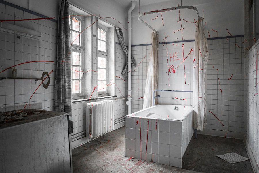 """""""Bloederige"""" badkamer in verlaten ziekenhuis"""