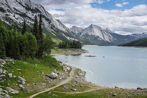 Medicine Lake in de Rocky Mountains van Canada