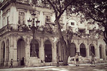 Straßenszene in der Innenstadt von Habana Vieja, Kuba von Carolina Reina