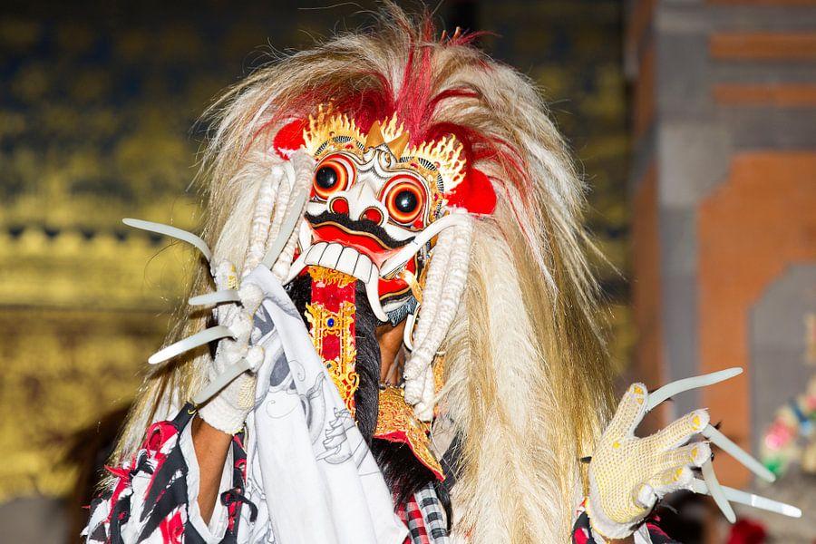Balinese danser tijdens traditionele dansvoorstelling