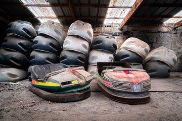 Verlaten Botsauto's in Garage.