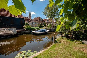 Ansicht von alten Kanälen mit Booten in einer alten niederländischen Stadt. von Fotografiecor .nl