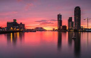 Skyline van Rotterdam na zonsondergang