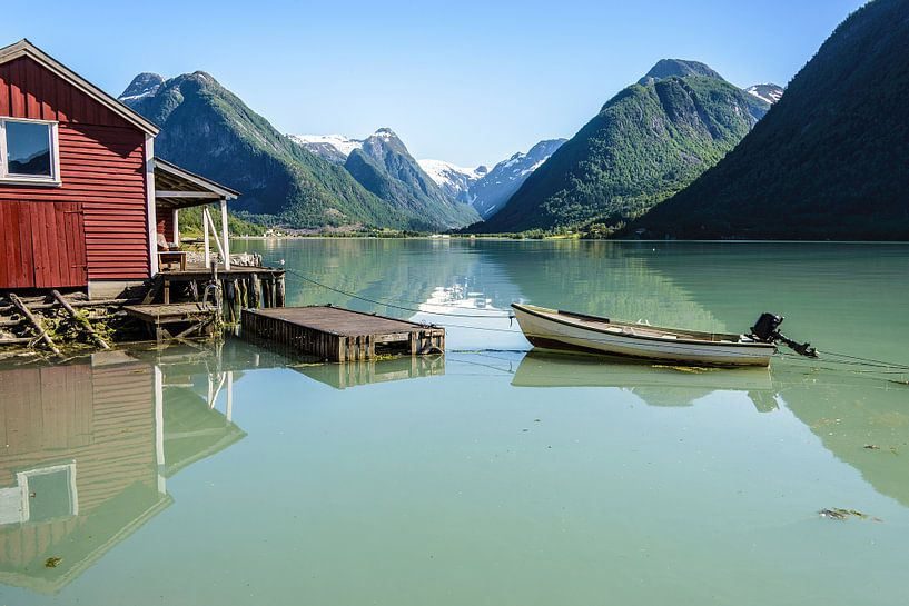 Boothuis en bergen aan een fjord in Noorwegen van iPics Photography