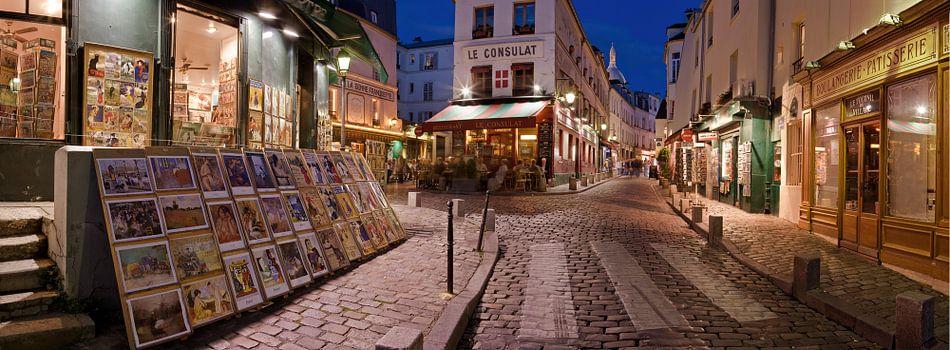 Rue Norvins in Montmartre bij avond / Rue Norvins at Montmartre at dusk van Nico Geerlings
