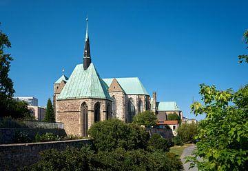 Magdalenenkapelle und Petrikirche am Ufer der Elbe bei Magdeburg von Heiko Kueverling