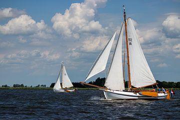 Historische zeilboten onder een typisch Hollandse lucht op het Heegermeer in Friesland van Arthur Scheltes