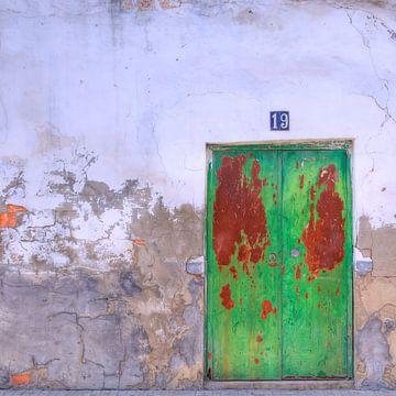 Deur in  gepleisterde muur van Sigrid Klop