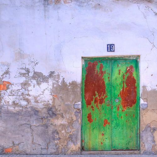 Deur in  gepleisterde muur van
