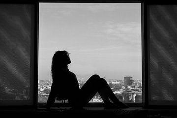Silhouet van een vrouw in een raam van Marian van Ginkel